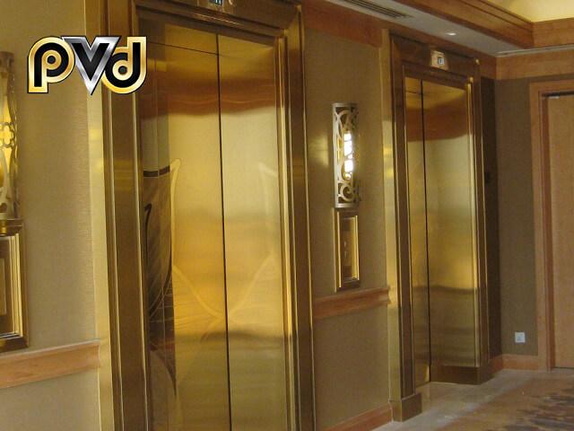 Thang máy và tường được ốp inox mạ vàng